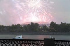 Fuegos artificiales sobre la Moscú cerca de la arena deportiva grande Imagen de archivo