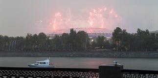 Fuegos artificiales sobre la Moscú cerca de la arena deportiva grande Foto de archivo