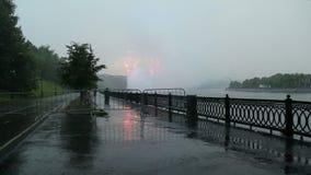Fuegos artificiales sobre la Moscú cerca del complejo olímpico de Luzhniki del estadio grande de la arena deportiva -- Estadio pa metrajes