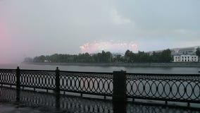 Fuegos artificiales sobre la Moscú cerca del complejo olímpico de Luzhniki del estadio grande de la arena deportiva -- Estadio pa almacen de metraje de vídeo