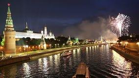 Fuegos artificiales sobre la Moscú cerca del Kremlin, Rusia almacen de video
