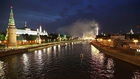 Fuegos artificiales sobre la Moscú cerca del Kremlin, Rusia almacen de metraje de vídeo