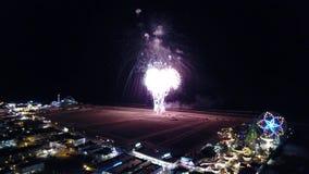 Fuegos artificiales sobre la playa en la antena del Día de la Independencia metrajes