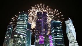 Fuegos artificiales sobre los rascacielos de la ciudad internacional del centro de negocios, Moscú, Rusia almacen de video