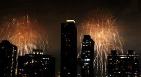 Fuegos artificiales sobre New York City foto de archivo