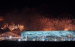 Fuegos artificiales sobre parque olímpico Fotos de archivo