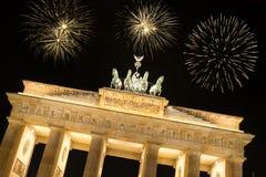Fuegos artificiales sobre tor del brandenburger en Berlín Fotografía de archivo libre de regalías