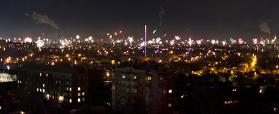 Fuegos artificiales sobre una ciudad imagenes de archivo