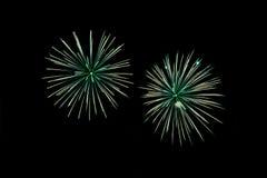 Fuegos artificiales verdes con el espacio nativo Imagen de archivo