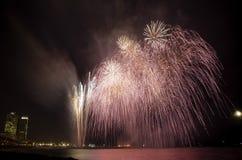 Fuegos artificiales vistos de la playa, en Barcelona Imagenes de archivo