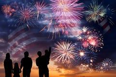 Fuegos artificiales y bandera de América Imagen de archivo