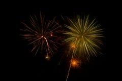Fuegos artificiales y chispas hermosos y coloridos para celebrar el Año Nuevo o el otro evento Foto de archivo libre de regalías
