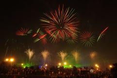 Fuegos artificiales y espectadores Fotos de archivo