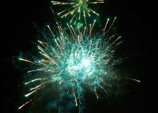 Fuegos artificiales y humo verdes claros coloridos en el fondo del cielo nocturno Fotos de archivo