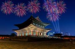 Fuegos artificiales y palacio coloridos de Gyeongbokgung en la noche Fotografía de archivo libre de regalías
