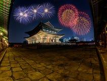 Fuegos artificiales y palacio coloridos de Gyeongbokgung en la noche en Corea Fotos de archivo libres de regalías