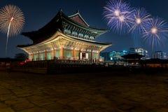 Fuegos artificiales y palacio coloridos de Gyeongbokgung en la noche en Seul, S Foto de archivo
