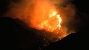 Fuegos de California meridional en el cierre de la noche para arriba almacen de video