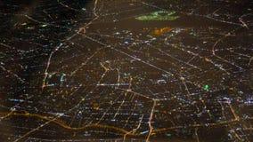 Fuegos de la ciudad de la noche Visión desde una ventana del pasajero del avión Los espacios abiertos hermosos de la ciudad llena almacen de video