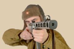 Fuegos soviéticos de un soldado de los jóvenes con una ametralladora Imágenes de archivo libres de regalías