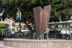 FUENGIROLA, ANDALUCIA/SPAIN - 24 ΜΑΐΟΥ: Αγάλματα και πηγή στο Π Στοκ Φωτογραφία