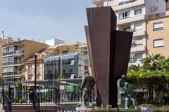 FUENGIROLA, ANDALUCIA/SPAIN - 24 ΜΑΐΟΥ: Αγάλματα και πηγή στο Π Στοκ Εικόνα