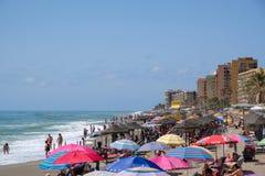 FUENGIROLA, ANDALUCIA/SPAIN - LIPIEC 4: Ludzie Cieszy się plażę zdjęcie stock