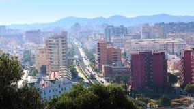 FUENGIROLA, SPANIEN - 6. APRIL 2019: Ansicht des Stadtzentrums mit der U-Bahn, die vorbei überschreitet stock video footage