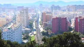 FUENGIROLA, SPANIEN - 6. APRIL 2019: Ansicht des Stadtzentrums mit der U-Bahn, die vorbei überschreitet stock footage