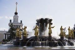 Fuente adornada con oro en el parque de Moscú foto de archivo