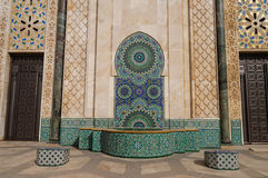 Fuente adornada de la mezquita de Hassan II en Casablanca Foto de archivo