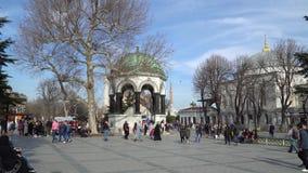 Fuente alemana con la muchedumbre turística en el cuadrado de Sultanahmet en Eminonu, Estambul, Turquía almacen de metraje de vídeo