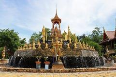 Fuente alrededor por las estatuas de oro fotografía de archivo
