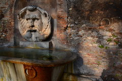 Fuente antigua. Aranci del degli de Giardino, Parco Savello. Roma, Italia Fotografía de archivo libre de regalías