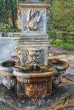 Fuente antigua del agua potable en uno de los parques de Florencia Fotografía de archivo libre de regalías