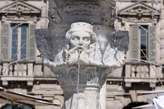 Fuente antigua en Verona fotos de archivo