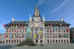 Fuente ayuntamiento y de Brabo de Amberes, Bélgica foto de archivo libre de regalías