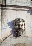 Fuente bajo la forma de cabeza del hombre vatican roma Italia Imágenes de archivo libres de regalías
