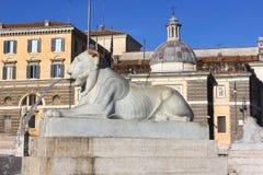 Fuente bajo la forma de león de mentira, Piazza del Popolo, Roma imagen de archivo