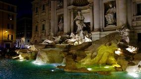 Fuente barroca del Trevi - Fontana di Trevi - en el cuarto del Trevi de la ciudad vieja de Roma, Italia almacen de metraje de vídeo