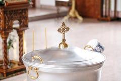 Fuente bautismal Accesorios para el bautizo de los iconos de los niños de las velas, la iglesia de Ortodox El sacramento de Fotografía de archivo