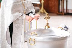 Fuente bautismal Accesorios para el bautizo de los iconos de los niños de las velas, la iglesia de Ortodox El sacramento de Imágenes de archivo libres de regalías