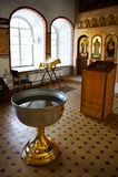 Fuente bautismal del agua santa cerca del altar foto de archivo