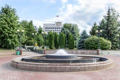 Fuente cerca del edificio del gobierno en Kazán Foto de archivo libre de regalías