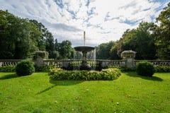 Fuente cerca del palacio del naranjal en el parque de Sanssouci foto de archivo