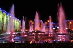 Fuente coloreada en la noche Fotografía de archivo