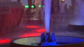 Fuente coloreada en la noche Demostración de la noche de la fuente del baile metrajes
