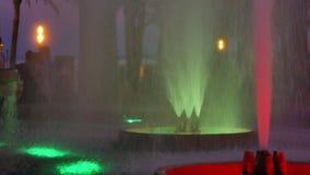 Fuente coloreada en la noche Demostración de la noche de la fuente del baile almacen de metraje de vídeo