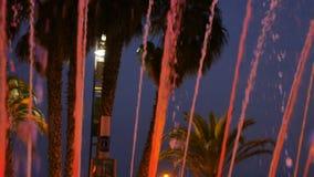 Fuente coloreada en la noche Demostración de la noche de la fuente del baile almacen de video