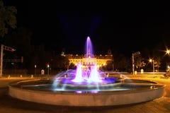 Fuente colorida en la noche Fotografía de archivo
